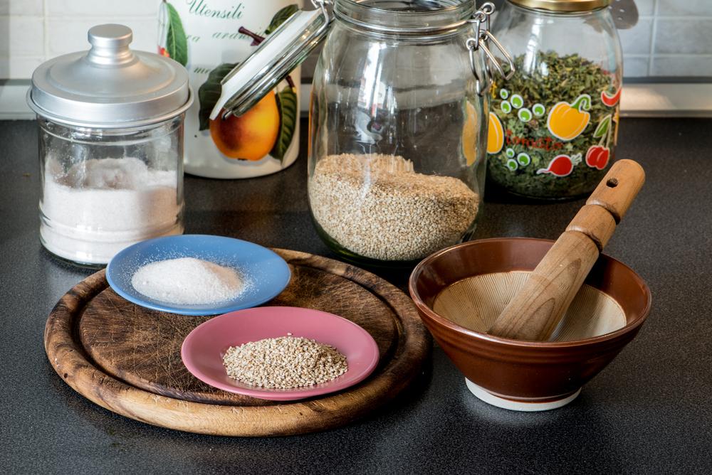 Strumenti ed ingredienti per la preparazione del gomasio